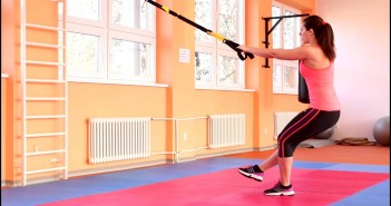 TRX Alternating Single Leg Front to Back Lunge pratimo atlikimas
