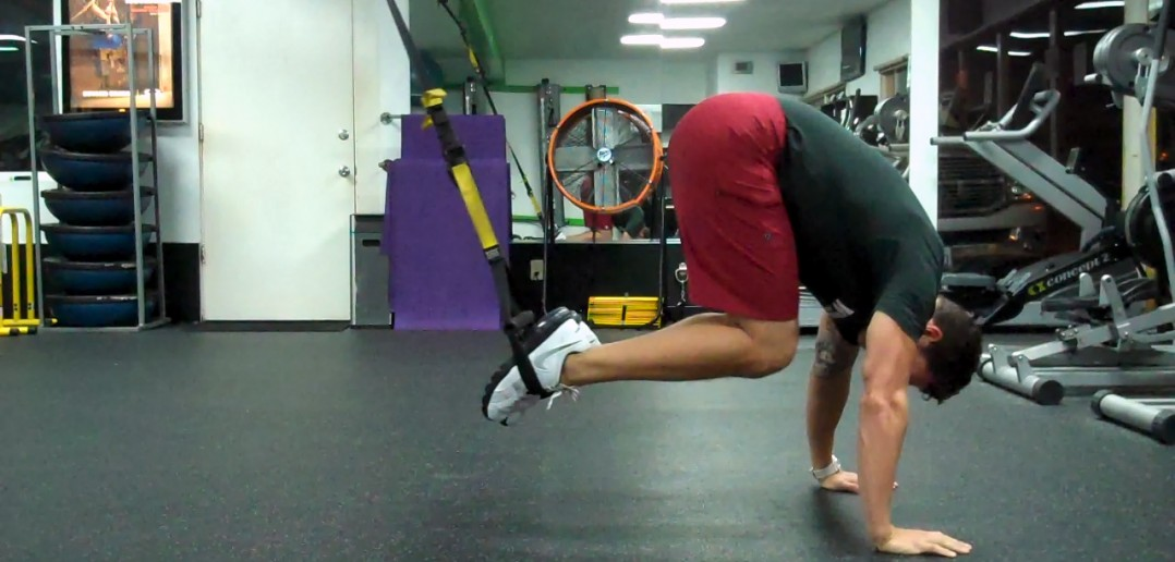 TRX Alternating Suspended Crunch pratimo atlikimas