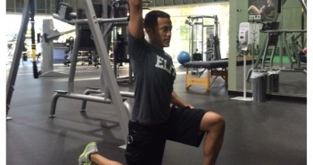 TRX Forward Lunge with Hip Flexor Stretch pratimo atlikimas