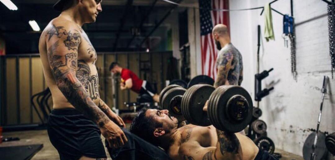 Hantelių spaudimas kampu, krūtinės raumenims